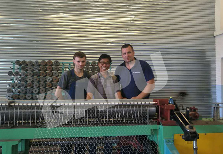 Our-engineer-Install-the-Hexagonal-wire-mesh-machine-in-Poland